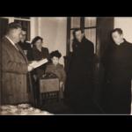 De afscheidsreceptie in 1955, Willy Van Oost neemt het woord. Fotoarchief Peter Meert.