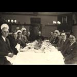 Kapelaan Vanderheyden op het jaarlijks feest van de kerkfabriek en koorzangers. Van links: Norbert Godelaine, Jefke Rutten, Jules Surkijn, Maurice Aldelhof en Lucien Deliën. Van rechts: Arthur Meert, Evrard Aldelhof, Vital Massy, Jos Godelaine en Louis Meert. Fotoarchief Peter Meert.