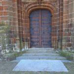 Grafsteen familie Henricus Van Hamme voor ingang kerk